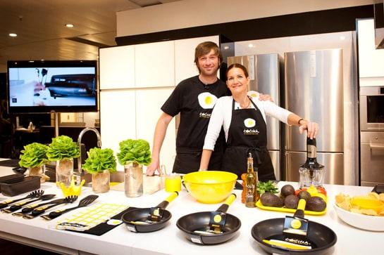 Perfect Los Cocineros Julius Y Samantha Vallejo Nágera Con Los Utensilios De Canal  Cocina