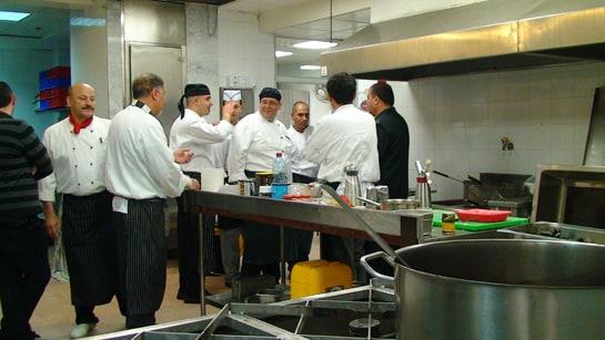 El profesor Cuesta imparte el taller a los chefs palestinos