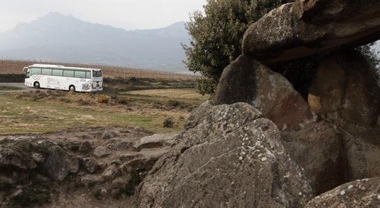 El Enobús, durante uno de sus trayectos por la Ruta del Vino de Rioja Alavesa