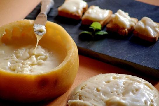 La Torta del Casar es uno de los tres quesos extremeños con denominación de origen