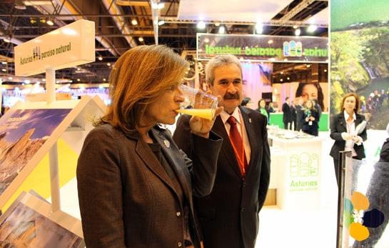 La alcaldesa de Madrid no pudo abstenerse de probar la sidra asturiana