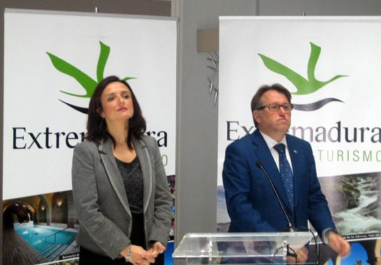 Víctor del Moral, junto a la directora general de Turismo, en la presentación de la estrategia turística para 2013