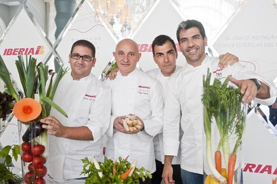 Toño Pérez (segundo por la izquierda) forma parte del comité de expertos que elabora los menús de Iberia