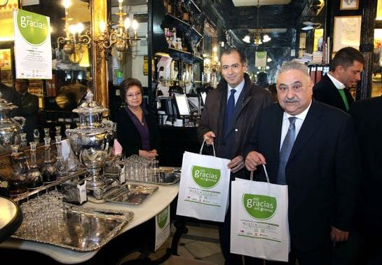 El consejero de Economía y el presidente de La Viña entregan alimentos en el restaurante Lhardy