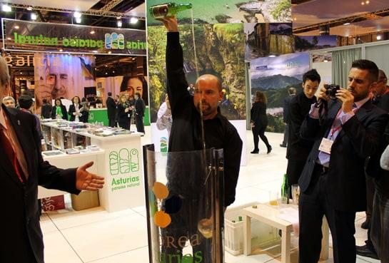 El escanciador de sidra no puede faltar en el stand de Asturias