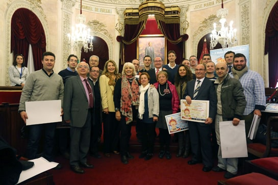 La alcaldesa de Cádiz junto a los premiados en la ruta gastronómica