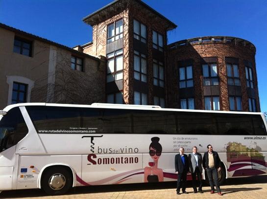 Los presidentes de la Comarca del Somontano, de la Ruta del Vino y del Consejo Regulador, junto al bus del vino