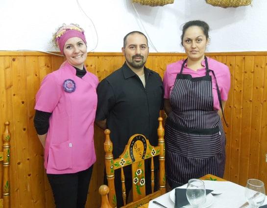 José Manuel Vargas y Verónica Garrido, junto a su hija Rocío, que también trabaja en el restaurante. /Ag