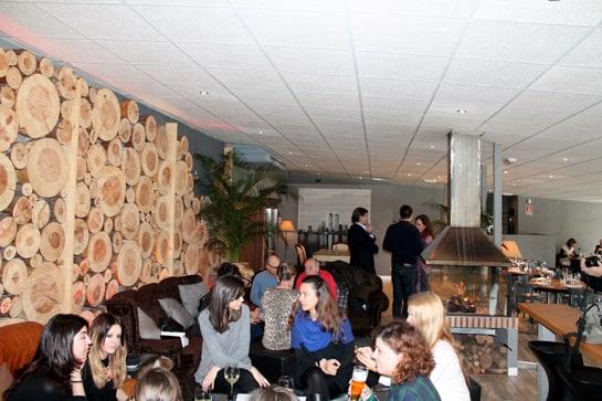 La zona del aperitivo, con sillones y chimenea / Foto: Juan Carlos Morales