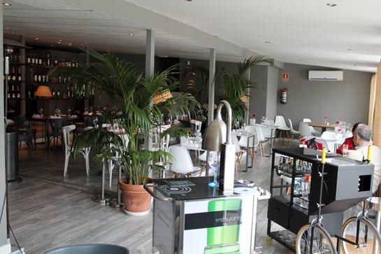 El salón comedor del restaurante, amplio y luminoso / Juan C. Morales