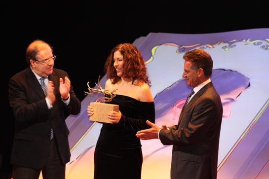 El presidente de la Junta y el del Consejo Regulador, entregan el premio a Nettel
