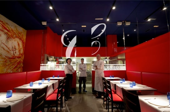 Paco Quirós, con su equipo en su restaurante de Madrid