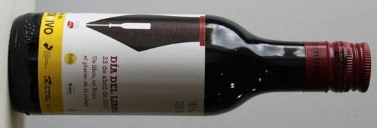 Botellín de vino de Rioja con la etiqueta conmemorativa del Día del Libro