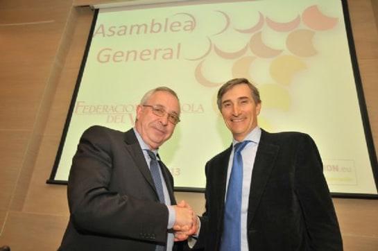 Javier Pagés (dcha) felicitado por su nombramiento como presidente de la Federación Española del Vino