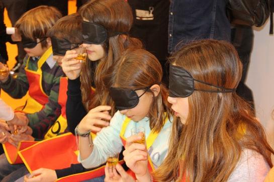 Cata a ciegas de aceite por parte de los niños de un colegio / Juan C. Morales