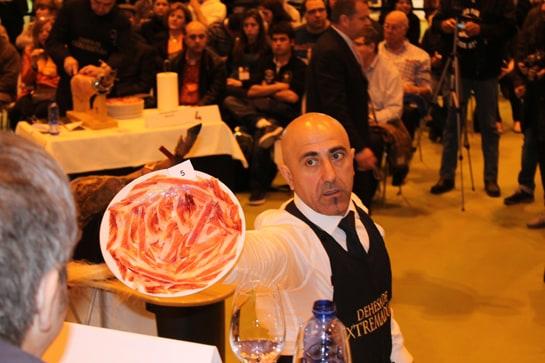 El jurado del Concurso de Cortadores de Jamón valora uno de los platos