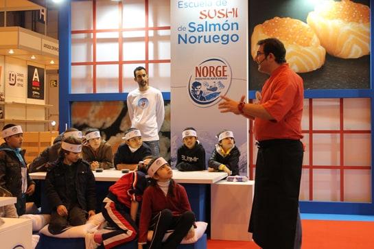 El chef Sergio Fernández enseña a los pequeños a elaborar sushi / Juan C. Morales