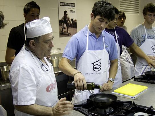 Los jóvenes aprenden todos los días secretos culinarios de la mano de grandes chefs