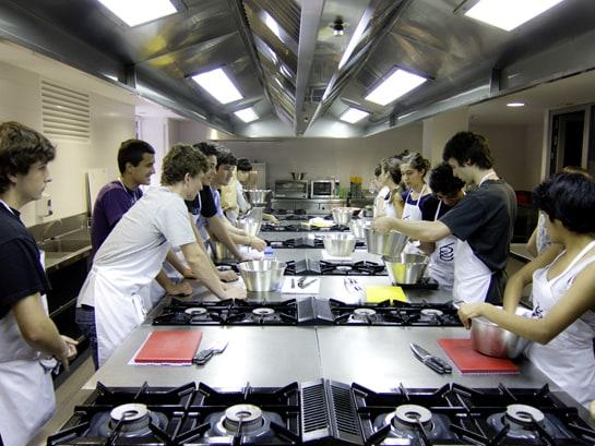Los jóvenes se divierten mientras cocinan en los campamentos de verano