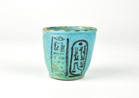 Vaso funerario del antiguo Egipto en el que se refleja el espíritu del vino