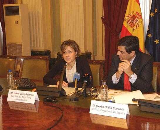 Isabel García Tejerina y Jacobo Olalla, en la presentación del informe
