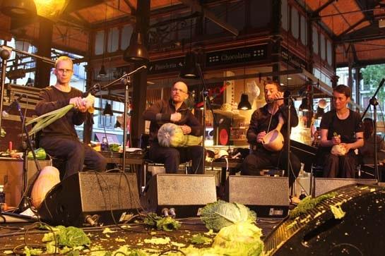 La Orquesta Vegetal de Viena, en un momento de su actuación en el Mercado de San Miguel. /Ag