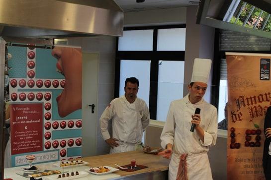 Un alumno de la Escuela de Hostelería explica los platos elaborados / JC Morales