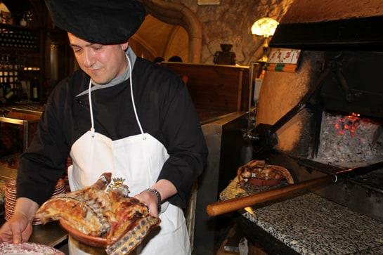 El maestro asador Juan Vicente Zoreda, sacando un lechazo del horno de La Tahona / JC Morales