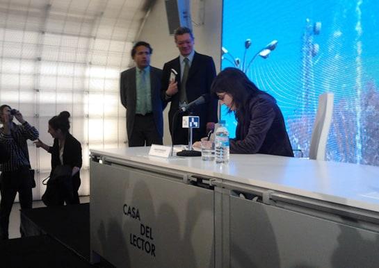 Vázquez firma ejemplares de su libro bajo la atenta mirada de Ruiz-Gallardón. /A.Moreno