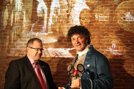 Un actor en el papel del fabulista Samaniego, junto al presidente de la Ruta del Vino de Rioja Alavesa / JC Morales