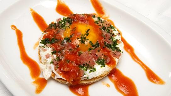 La Tapa de Antonio, con huevo, jamón y pan de molde, una de las tapas de la ruta