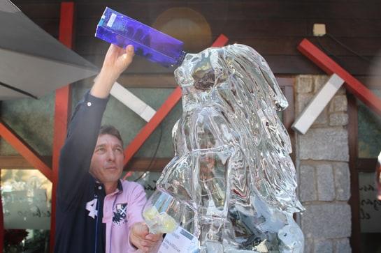 """Stephane Nabti prepara un gin tonic a través de su """"mujer de hielo"""" / JC Morales"""