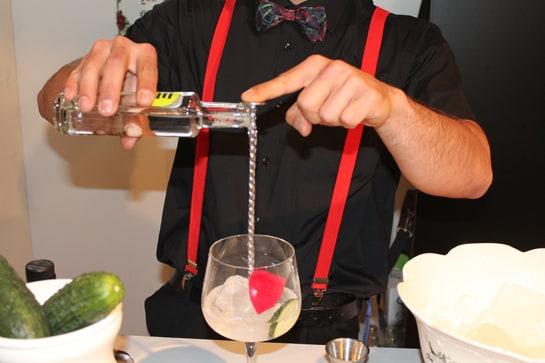 El gin tonic de Hendrick's, con su pepino y pétalo de flor / JC Morales