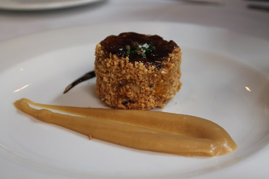 Foie MI-CUIT a las especias con almendras y puré de manzana / JC Morales