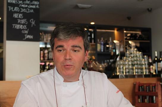 El chef Pedro Muñagorri, en la barra de su gastrobar / JC Morales