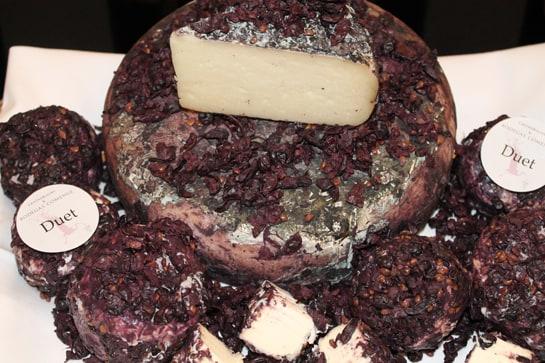 Su queso de fermentación láctica envuelto con hollejos. /JC Morales