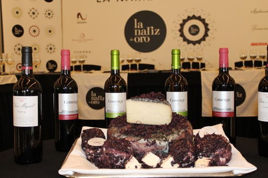 Imagen de los vinos y quesos que presentó Bodegas Comenge. /Juan Carlos Morales