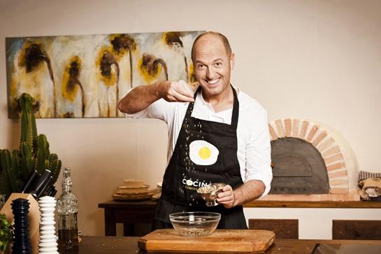 Íñigo Urrechu, en una imagen promocional de su programa en Canal Cocina. /Ag