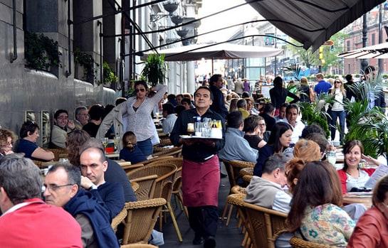 Las terrazas en verano llegan a duplicar los comensales de un restaurante. /Ag