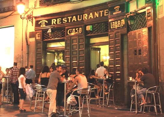 Imagen del legendario Casa Labra, en Madrid, con la terraza llena. /Ag