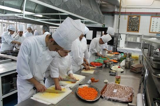 La limpieza de tablas y utensilios de cocina, importante para evitar intoxicaciones alimentarias / JC Morales