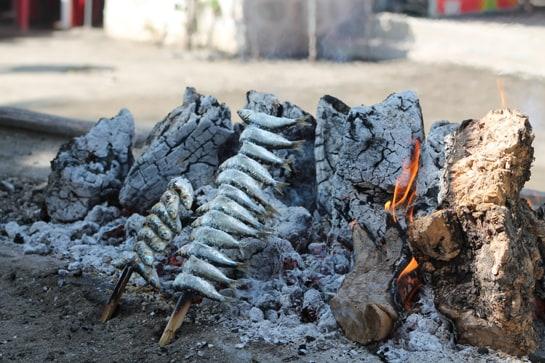 Los espetos de sardinas, una maravilla para disfrutar al aire libre, sobre todo en la playa / JC Morales
