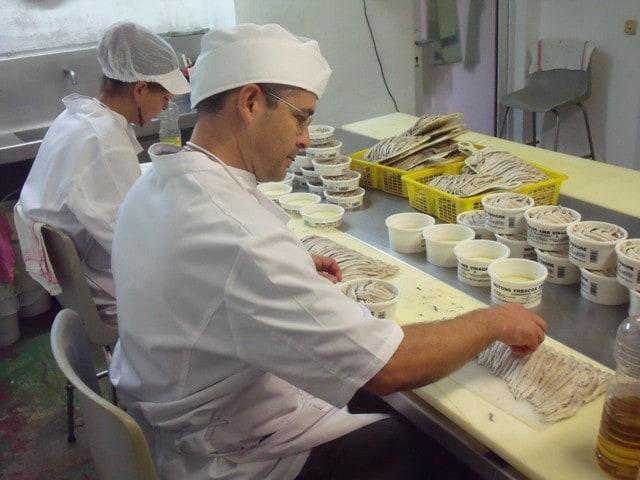 """Las conservas de """"Els Bomba"""", en Palamós, se elaboran de forma totalmente artesanal. /AMG"""