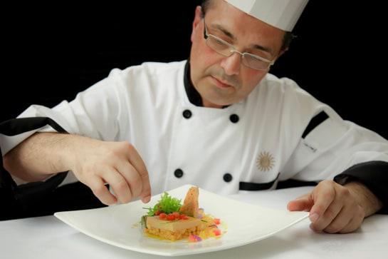 El chef Oscar Palacio, dando los últimos retoques a un plato. /Ag