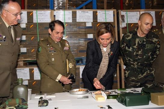 """La ex ministra Chacón, probando los garbanzos """"de combate"""" / Juan Carlos Ferrera"""