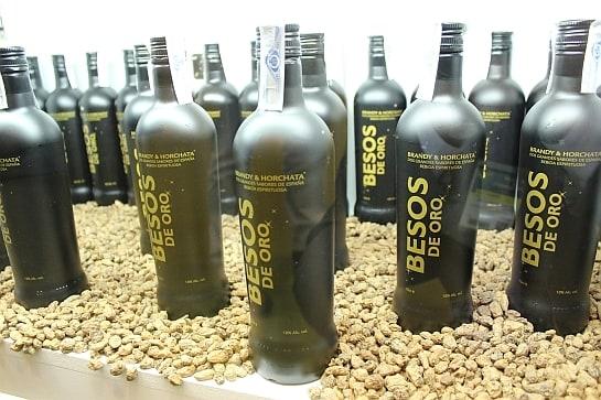 Botellas de Besos de Oro expuestas en el Salón de Gourmets