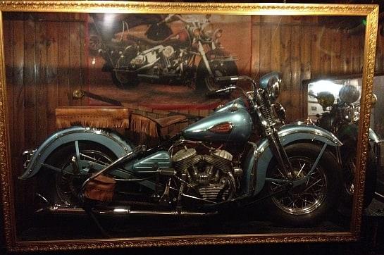 Tras su vitrina, la Harley de la planta baja ha visto pasar a generaciones de madrileños / Foto: A. G.