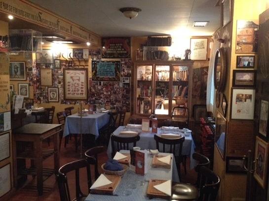 El comedor interior de El Viejo Almacén de Buenos Aires