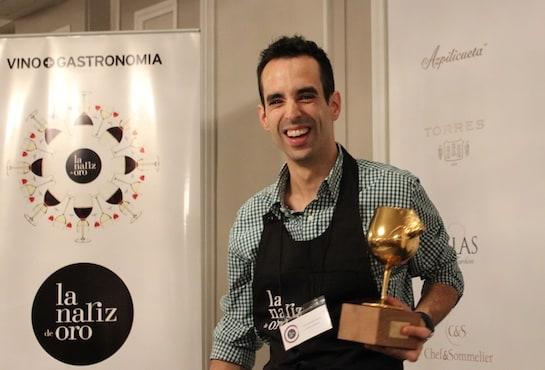 El sumiller Iván Martínez, con el trofeo Nariz de Oro 2014 / Foto: L. Prieto