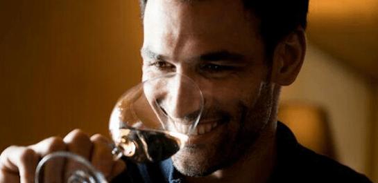 Darío Barrio, catando un vino en una imagen sacada de su perfil de Twitter.